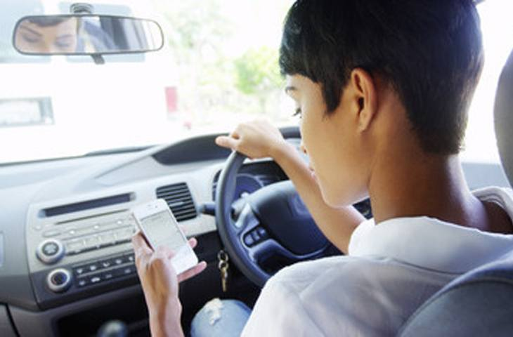 Police crackdown on mobile phone use at the wheel